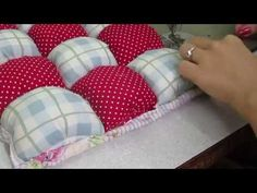 Técnica Puff - How to make a Bubble Puff Quilt - Alfombra puff quilt Scrappy Quilts, Easy Quilts, Mini Quilts, Puff Blanket, Sewing Hacks, Sewing Projects, Puff Quilt, Bubble Quilt, Patchwork Cushion