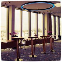 Wenn es draußen sehr wechselhaft ist, bringen wir Licht ins Graue und bekanntlich macht blaues Licht glücklich :-)! #lampenmittwoch #lampe #wechselhafteswetter #licht #blaueslicht #blau #glücklich #businesshotel #berlin #citywest #goldentulipberlin