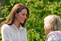 """Her Royal Highness the Duchess of Cambridge has arrived and is having a personal tour of the gardens Prince William And Catherine, William Kate, Prins William, Duchess Kate, Duke And Duchess, Princess Of Wales, Princess Charlotte, Chelsea Garden, Duke Of Cambridge"