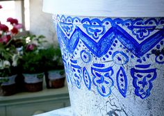 #CrackleFinish on #PlasticPots using only paint, glue, water, and a brush - get the look of a weathered clay pot with an inexpensive (and light) plastic pot - tutorial by alisa burke †å