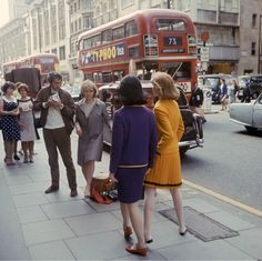 Fashion London Paul Huf working on a fashion shoot for Avenue Photo Sem Presser - Oxford Street, long before it became part of the was once part of a Roman Road called Via Trinobantina which linked Silchster and Colchester via London. 60s And 70s Fashion, Retro Fashion, Vintage Fashion, London Fashion, Urban Fashion, Street Fashion, Vintage London, Old London, Vintage Photography
