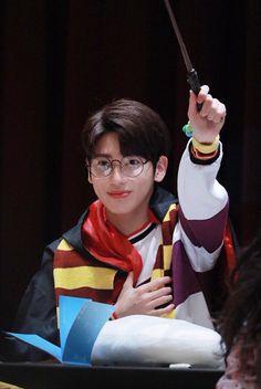 чσu αnd í díffєrєnt вut tσgєthєr txt Taehyung, K Pop, Rapper, The Dream, March 4, K Idols, Pop Group, Harry Potter, Cute Boys