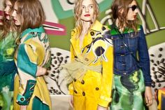 En backstage du défilé Burberry Prorsum printemps-été 2015 http://www.vogue.fr/mode/inspirations/diaporama/en-backstage-du-defile-burberry-prorsum-printemps-ete-2015/20344/image/1071971#!13