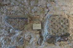 Entrelacs carolingiens crypte St Irénée de Lyon- ARCHITECTURE CAROLINGIENNE, 10:Les VITRAUX sont inventés en l'an 800. Les mérovingiens avaient l'habitude de mettre des vitres aux églises. Leur renommée est telle que des artisans Francs sont chargés de mettre des vitres aux églises anglaises. Mais ici, l'idée est de colorer le verre pour que la lumière du jour éclaire la nef de couleurs resplendissantes.