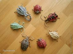 """Something about """"bug"""" stuff always graps my attention. Origami Cards, Origami And Quilling, Willow Weaving, Basket Weaving, Nature Paper, Magazine Crafts, Paper Weaving, Newspaper Crafts, Paper Basket"""