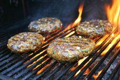 Een overheerlijke zelf gemarineerde hamburger voor op de gas BBQ - met ui knoflook verse koriander ketjap en een plakje cheddar op een Italiaanse bol - Mels Feestje & Feest hapjes