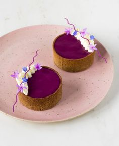 Blackberry, lemon and buckwheat tartlets - In Love With Cake Fancy Desserts, Mini Dessert Recipes, Gourmet Desserts, Gourmet Foods, Purple Food, Natural Food Coloring, Shortcrust Pastry, Mini Cakes, Tray Bakes