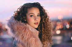 Look At This Article For The Best Beauty Advice. Beauty is essential to today's women. People pamper her. Dance Photography, Creative Photography, Portrait Photography, Charli Xcx, Sofie Dossi, Foto Pose, Beauty Advice, Pretty Pictures, Straight Hairstyles