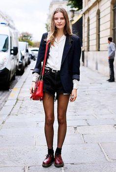 Conjunto americana azul, camisa blanca, pantalones cortos azules, zapatos granate y bandolera roja | Mis conjuntos