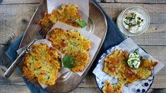 Křupavá dobrota kvečeři nebo jen tak kpivu? Vyzkoušejte bramborové placky trochu jinak. Suzeným acuketou chutnají skvěle. Pro vegetariánskou verzi vyměňte uzené maso za houby. Quiche, Cauliflower, Dip, Food And Drink, Eggs, Vegetables, Cooking, Breakfast, Kitchen