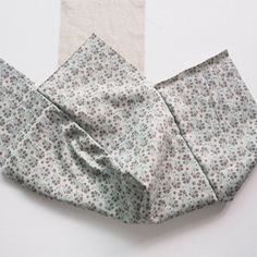 A step-by-step tutorial with photos Scrap Fabric Projects, Fabric Scraps, Sewing Tutorials, Sewing Patterns, Hobo Bag Patterns, Diy Bags Tutorial, Origami Bag, Minimalist Bag, Knitted Bags