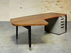 JEAN PROUVÉ (1901-1984) Bureau « Présidence » Ca 1952 La structure à quatre pieds en tôle d'acier pliée laquée soutenant un caisson à 4 tiroirs en tôle d'acier laqué ; le plateau en chêne, en forme de haricot. Dimensions : H : 74,5 x L 246 x P 45 cm Restaurations d'usages 'Presidence' Desk, Ca 1952 Desk made of lacquered bent steel sheet frame, supporting a bean shaped wooden top with matching lateral drawers and pencils case above Dimensions : H 29 x L 97 x W 57 in. Bibliographie / Bibl...