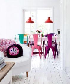 Kolorowe krzesła sprawiły, że wnętrze nabrało charakteru. Nam się bardzo podoba.  A Wam?