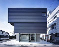 Dům má hybridní konstrukci. Přízemí je z železobetonu, horní patra mají kostru dřevěnou.