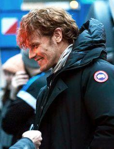 Sam with fans Outlander 2017, Outlander Season 3, Outlander Series, Sam Heughan Actor, Sam Heughan Outlander, Sam And Cat, Starz Series, Television Program, Caitriona Balfe
