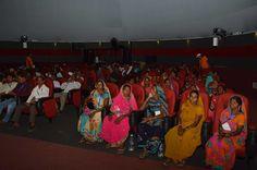 नया रायपुर में 5D इमर्सिव डोम में मुंगेली जिले से आए पंचायत प्रतिनिधियों ने राज्य सरकार के विकास पर आधारित लघु फिल्म देखी. जिसमें जनहितकारी योजनाओं की जानकारी दी गई. आरामदायक कुर्सियों पर बैठकर विशाल पर्दे पर 5 डी देखना अनोखा अनुभव रहा.