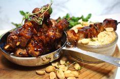 Mini kycklingspett med krämig jordnötssås, en riktigt god och enkel tapas som du kan förbereda innan. Enkelt och det faller många i smaken. Deli, Finger Foods, Chicken Wings, Food Inspiration, Bbq, Food And Drink, Veggies, Cooking Recipes, Lunch