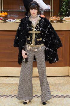 Chanel f/w 2015-16 Todos los pantalones de moda para el invierno en http://bcncoolhunter.com/2015/10/pantalones-de-moda-invierno-2015-16-los-modelos-mas-trendy-y-como-llevarlos/ #moda2015 #pantalones #chanel
