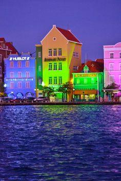 Wat gezellig die gekleurde huisjes... Iedereen herkent ze wel deze zijn namelijk te vinden op Curaçao! Wil jij deze een keer in het echt zien? Trek je stoute schoenen aan en pak het vliegtuig en GA!! https://ticketspy.nl/deals/heerlijk-4-luxe-genieten-op-curacao-va-e591-kan-het-nog-beter/