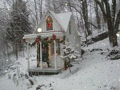 The little Christmas cabin - Click through to see all the other photos of this amazing little house Cottage Christmas, Noel Christmas, Little Christmas, Country Christmas, White Christmas, Christmas Houses, Christmas Greetings, Christmas Garden, Christmas Morning