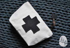 Petite trousse à pharmacie en coton pour mettre pansements, cachets et autres gazes en cas de besoin. Toile coton naturelle (écru) à l'extérieur, doublure en coton plumetis ma - 12805055