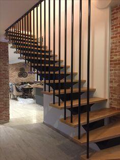 Ümamrgustest torudest must trepivõre Interior Stair Railing, Staircase Handrail, House Staircase, Curved Staircase, Railing Design, Staircase Design, Mountain Dream Homes, Staircase Architecture, Narrow House Designs