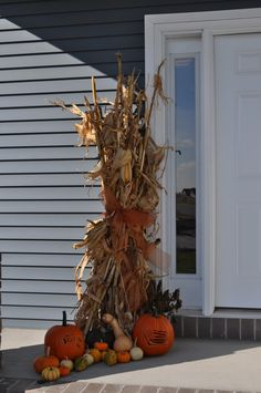 Corn stalks tied for outdoor decor. Either front porch of at mailbox Im thinking Harvest Decorations, Thanksgiving Decorations, Seasonal Decor, Halloween Decorations, Fall Crafts, Holiday Crafts, Holiday Fun, Holiday Ideas, Festive
