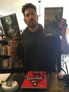 Here's Jon Bernthal getting more Punisher comics to prepare himself for his upcoming starring role in The Punisher from Netflix. Punisher Netflix, Punisher Comics, Daredevil Punisher, Ms Marvel, Captain Marvel, Jon Bernthal Punisher, Frank Castle Punisher, Marvel Series, Marvel Actors