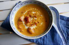 Geschmacksexplosion im Mund! Diese vegane Suppe mit roten Linsen gepaart mit Tomate und Kokosmilch wärmt wunderbar an kalten Tagen!