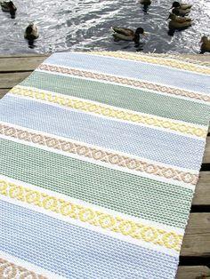 Bilderesultat for kaiku matto Picnic Blanket, Outdoor Blanket, Yarn Store, Weaving Projects, Weaving Techniques, Bath Rugs, Scandinavian Style, Fiber Art, Home Furnishings