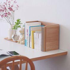収納ラックの意外な使い方。 ▶︎商品はプロフィールから、または当店トップページの紫色のバナーから 発売以来ご好評いただいている「木目調の収納ラック」。 食器棚でお皿の収納にしたり、洗面まわりでアイテムを並べるのに使ったり、色んな場所で収納が倍になるアイテムとして使って頂けます。 ・ ふと思い立って、立てかけてみて、よく使うノートや積読してた本たちを置いてみたら・・・なんとブックスタンドにもなってくれました♪ ・ #北欧暮らしの道具店#インテリア#収納#ブックスタンド #暮らし #くらし