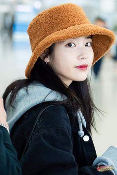 IU 181213 Incheon Airport to singapore Iu Fashion, Korean Fashion, Korean Celebrities, Celebs, Kpop Outfits, Airport Style, Sweet Girls, Korean Singer, Wearing Black