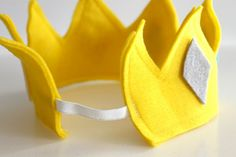 To Make A Crown I don't know why I never thought of sewing elastic to the back of a crown.I don't know why I never thought of sewing elastic to the back of a crown. Make A Crown, Crown For Kids, Diy Crown, Sewing For Kids, Diy For Kids, Crafts For Kids, Couture Bb, Felt Crown, Sewing Elastic