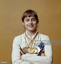 Retrato de detalle de Rumania Nadia Comaneci con medallas de oro y plata durante la sesión de fotos. Montreal, Canadá 07/24/1976 Menos