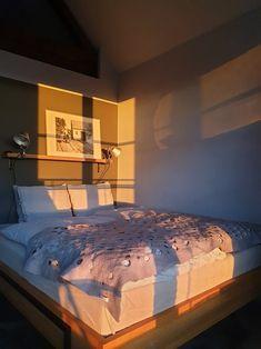 #filzdecke #schlafen #schlafzimmer #artemide #kellerstöckl #ferienhaus #feltthrow #throw #linenbedding Bed, Furniture, Home Decor, Cottage House, Bedroom, Decoration Home, Stream Bed, Room Decor, Home Furnishings