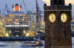 ✝☮✿★ HAMBURG ✝☯★☮  Bis zum 5. Dezember liegt die Queen Mary 2 im Dock Elbe 17, gegenüber von den Hamburger Landungsbrücken.
