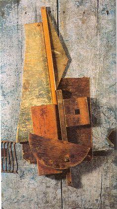 """CONSTRUCTIVISMO. """"Contrarrelieve azul"""". Vladimir Tatlin, 1914. Construccion abstracta mediante el ensamblaje de diversos materiales de desecho."""