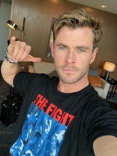 Chris Hemsworth with no makeup on Chris Hemsworth Thor, Hipster Hairstyles, Bun Hairstyles, Ladies Hairstyles, American Hairstyles, Hairstyles 2018, Fringe Hairstyles, School Hairstyles, Men Hair Styles