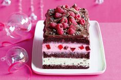 Christmas celebration chocolate ice-cream cake Grand occasions deserve all the bells and whistles – serve this wonderfully rich Christmas celebration ice-cream cake and reap the praise! Christmas Cooking, Christmas Desserts, Christmas Brunch, Christmas Christmas, Christmas Ice Cream Cake, Christmas Chocolate, Green Ice Cream, Celebration Chocolate, Chocolate Ice Cream Cake