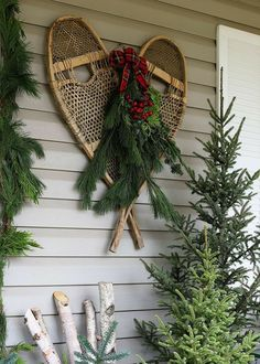 Cabin Christmas Decor, Christmas Garden Decorations, Christmas Lodge, Christmas Porch, Farmhouse Christmas Decor, Antique Christmas, Rustic Christmas, Holiday Decor, Primitive Christmas Decorating