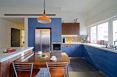 מטבח פולימר בצבע כחול מקסים, עם נגיעות עץ לחימום האווירה
