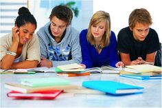 En Florida, todos los niños de edades 5 a 16 años deben ir a la escuela. El año escolar comienza a finales de agosto o al principio de septiembre y termina en junio.