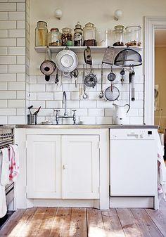 Piccola cucina con vista (quella degli oggetti esposti). Funziona solo se cucinate per davvero e lavate abitualmente gli utensili: altrimenti vi tocca spolverarli, ed è una noia... (un pensiero di Sabrine, FRAGOLE A MERENDA)