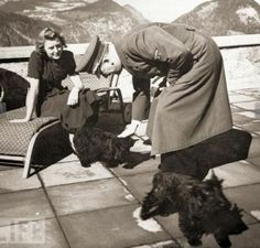 Adolf y Eva con las mascotas de ella