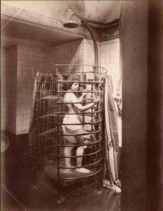 La douche en cercle d'Aix-les-Bains, circa 1880 (Photographer Unknown) Old Hospital, Abandoned Hospital, Old Pictures, Old Photos, Vintage Photos, Victorian Bathroom, Vintage Bathrooms, Abandoned Asylums, Abandoned Places