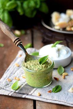 Große Pestoliebe! Rezept für ein cremiges, leichtes Basilikum-Pesto mit Joghurt - Unterfreundenblog