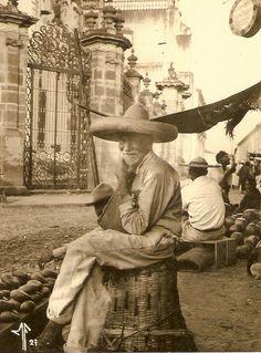 Vendedor de aguacates Catedral de Zamora, Michoacan 1927.
