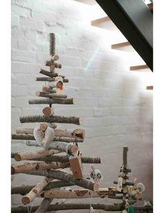 Sapin de Noël en branches  http://www.homelisty.com/deco-de-noel-2015-101-idees-pour-la-decoration-de-noel/