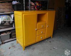 buffet bas des ann es 50 avec deux tiroirs formica jaune pop et poign es d 39 origine mobilier. Black Bedroom Furniture Sets. Home Design Ideas