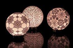 Luminárias de crochet: é só cobrir um globo com o crochet.